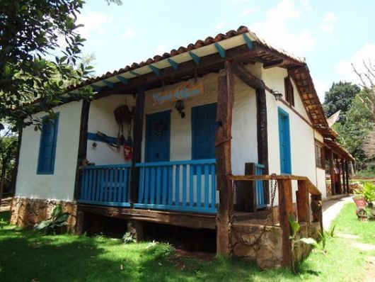casa rústica azul e branca
