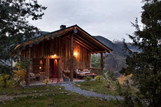 casa de madeira rústica nas montanhas