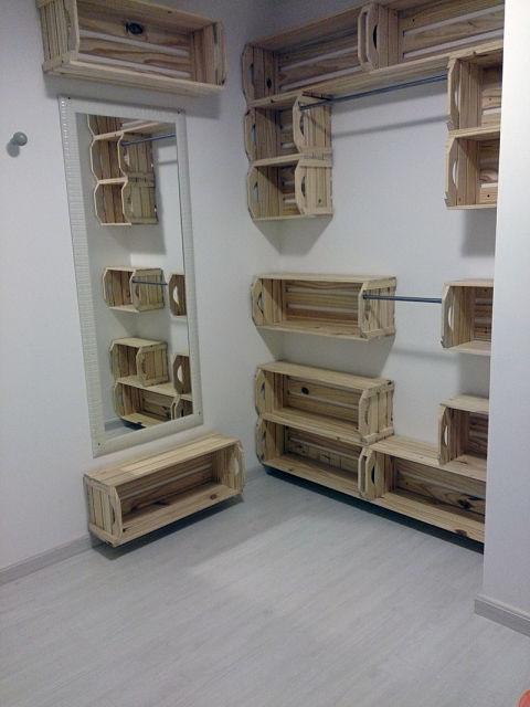 closet de caixotes de madeira