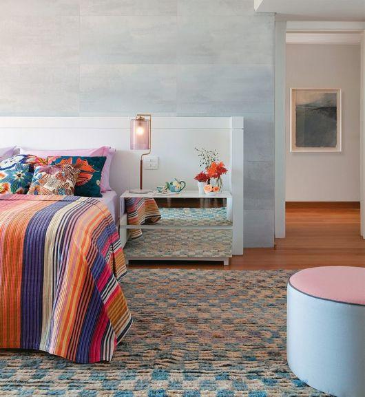 quarto colorido com móvel espelhado