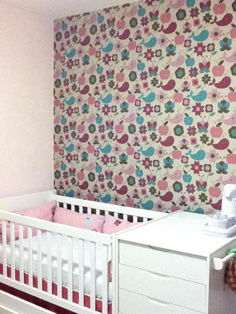 quarto de bebê com parede tecido
