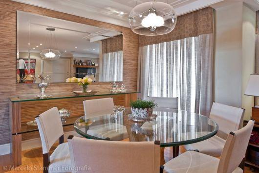 Sala De Jantar Westing ~ Os itens em prata no aparador trazem modernidade a decor