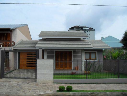 casa com portas de madeira