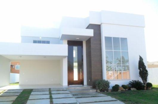 casa com pé direito duplo e porta de entrada alta