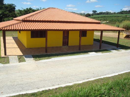 casa amarela simples e espaçosa