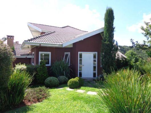 casa simples com cor marsala e telhado moderno