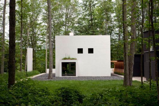 casa quadrada simples branca e minimalista, com janelas e porta quadradas