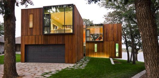 casa quadrada de madeira com iluminação quente