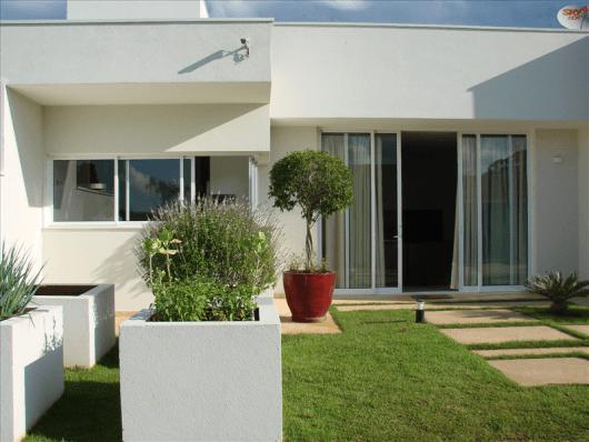 casa com fachada branca e minimalista