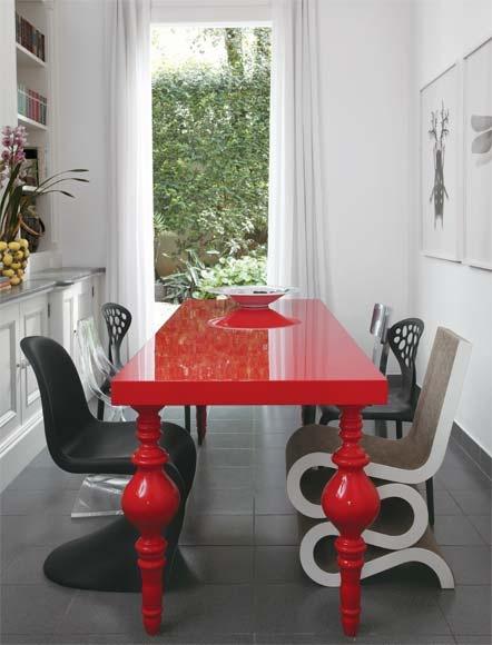 diferentes modelos de cadeira na mesa