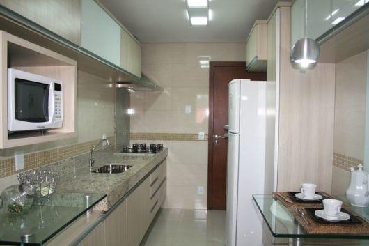 cozinha com bancada de vidro