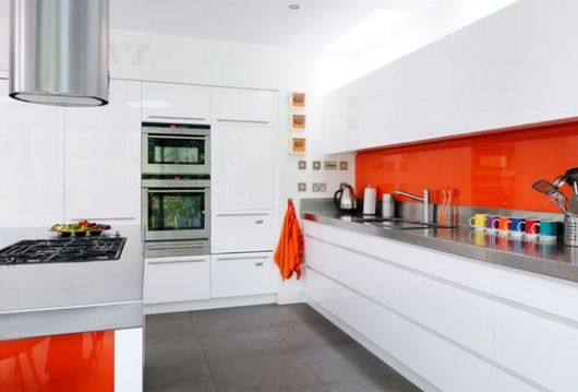 modelo cozinha branca e laranja