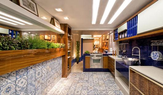 cozinha com azulejo hidraulico azul