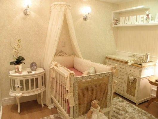 quarto de bebê com criado mudo