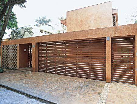 casa com portão de madeira