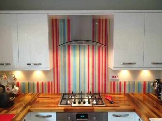 parede com listras cozinha