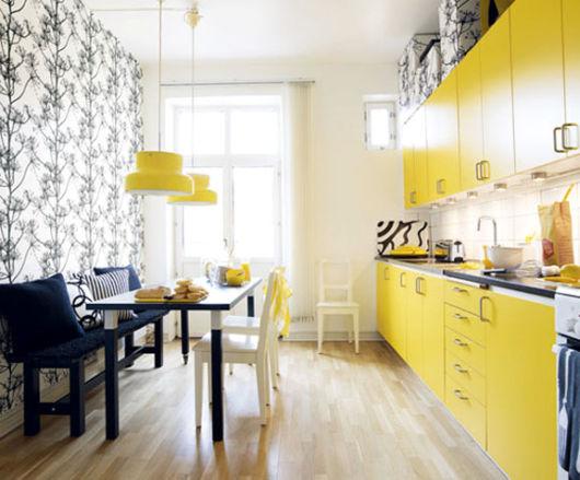 cozinha amarela com parede decorada