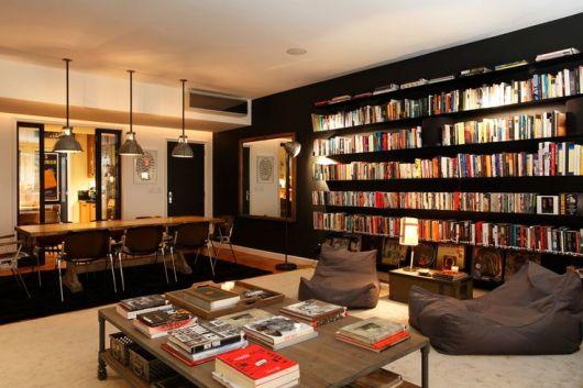sala com estante de livros