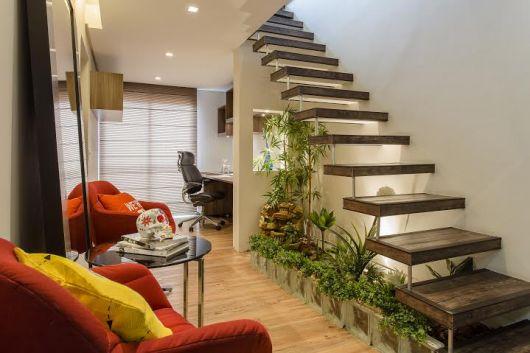 escada jardim madeira:estofado claro contrasta com os tons de madeira da decor