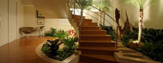 escada madeira com jardim