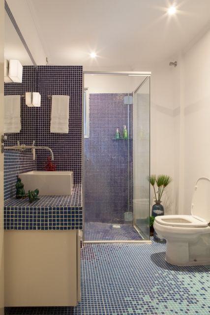 banheiro com pastilha degradê