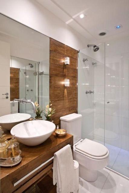 banheiro moderno com detalhes em madeira