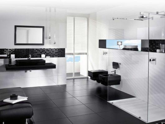 banheiro preto e branco com nichos