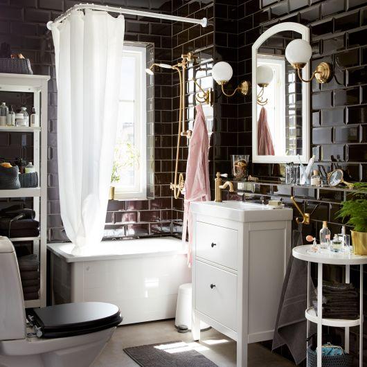banheiro charmoso com pequenos toques de dourado