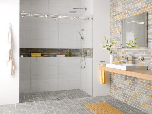 banheiro com nicho e parede de tijolinhos
