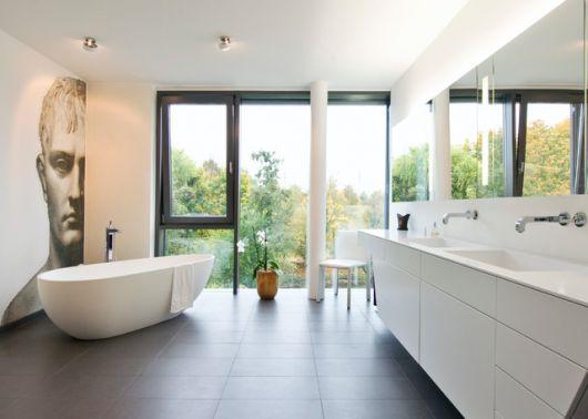 banheiro com pintura na parede e janela ampla