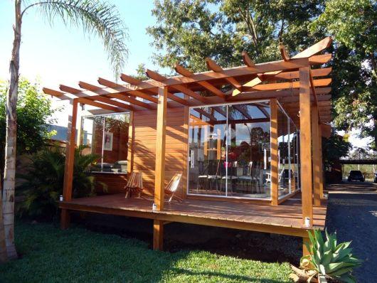 frente casa vidro e madeira