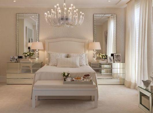 quarto com móveis espelhados