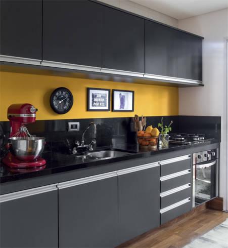 Fotos de cozinhas diferentes com bancada preta