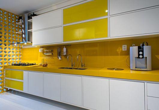 armários brancos e amarelos