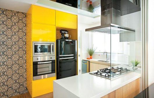 cozinha com geladeira preta