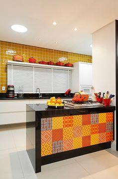 cozinha amarela e alaranjada