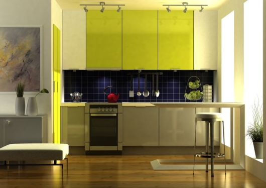 cozinha amarela e azul marinho