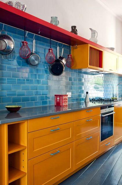 cozinha amarela e azul claro