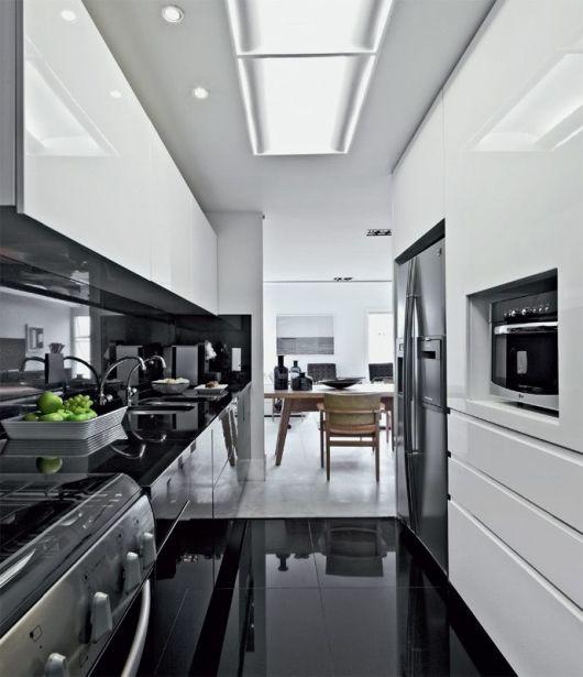 cozinha corredor em preto e branco