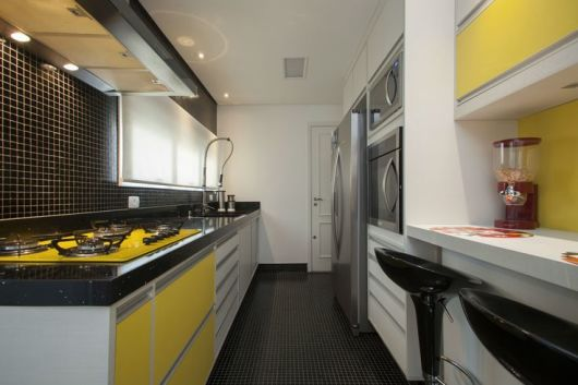 armário amarelo cozinha