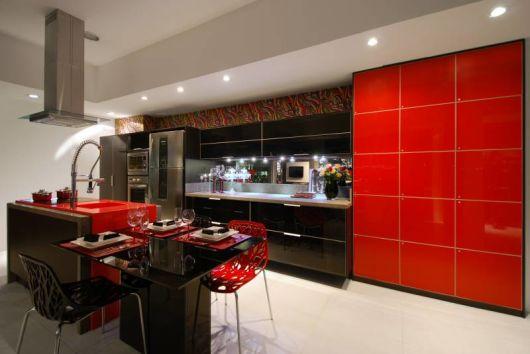 cozinha moderna vermelha e preta