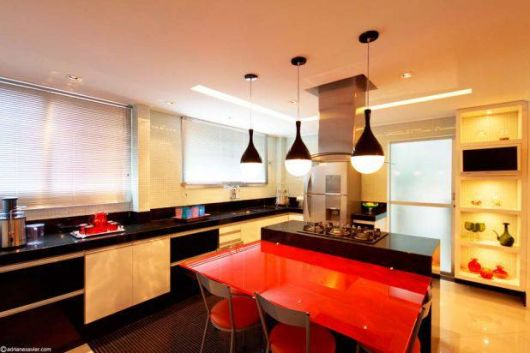 cozinha decorada vermelha e preta