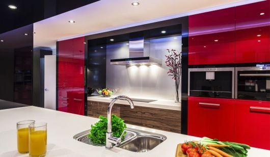 cozinha pequena vermelha