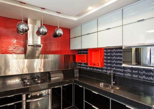 cozinha pequena vermelha e preta