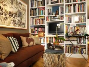Estante embutida é uma forma de decorar salas e quartos, mas lembre que são fixas. Os modelos em madeira MDF podem se modificar de lugar o tempo todo, por isso são os mais queridos.