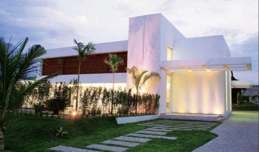 casa branca com madeira