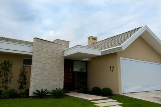 casa térrea com pedras decorativas