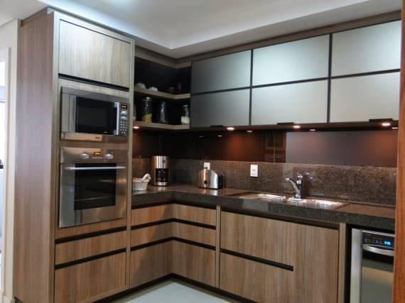 Fotos de cozinhas marrom com granito e madeira