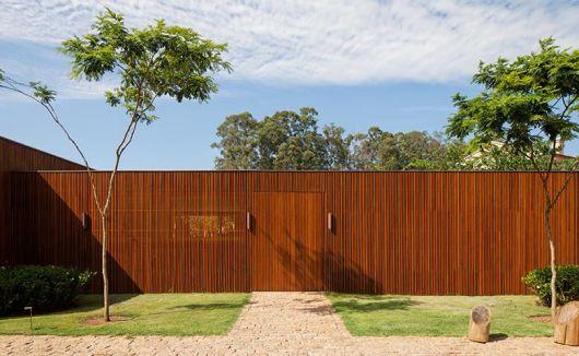 casa moderna com madeira no portão