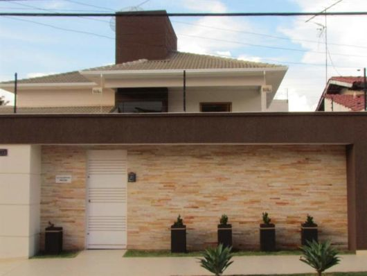 80 modelos de muros inspiradores conhe a os diferentes for Casas con tejados modernos